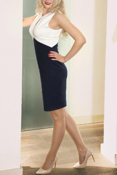 Valerie - Escort Model Stuttgart seitlich im blauen engen Kleid.