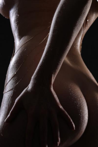 Emilia - Escort Model Krefeld von hinten mit einer Hand auf Ihrem Gesäss.