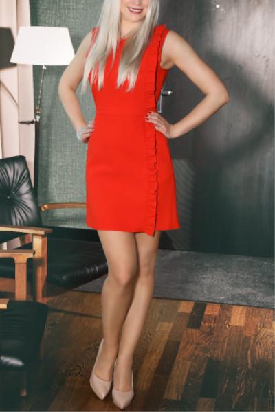 Valerie - Escort Model Stuttgart im roten Kleid mit nude High Heels.