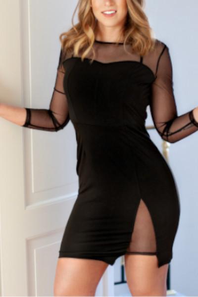 Charlotte Escort Lady Essen mit einem breiten Lächeln im schwarzen Kleid.