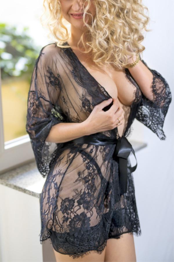 Angelina - Escort Model Dortmund lachend im Kimono aus Spitze.