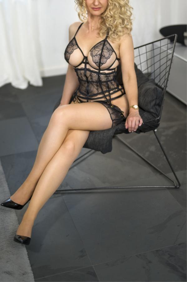 Angelina - Escort Model Dortmund mit Strapsstrümpfen und schwarzen High Heels.