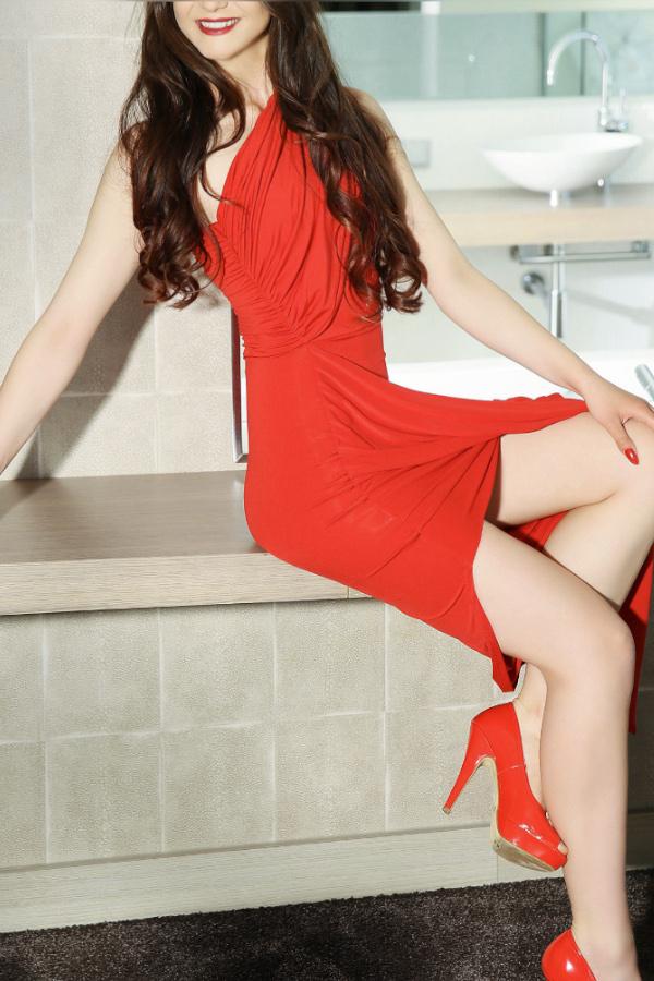 Stella - Escort Model Köln mit roten Kleid mit roten High Heels.