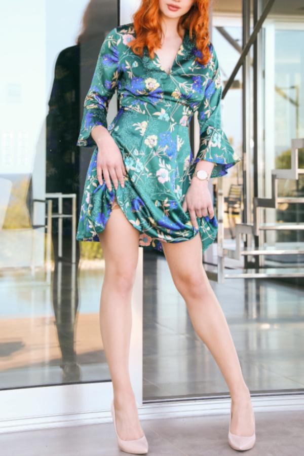 Naomi - Escort Model Hannover im grünen Sommerkleid mit beigen High Heels.